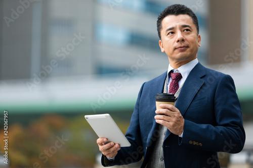 タブレットを持つビジネスマン Fototapet