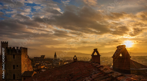 Photo View of Arezzo historic center sunset skyline with medieval towers and old chimn