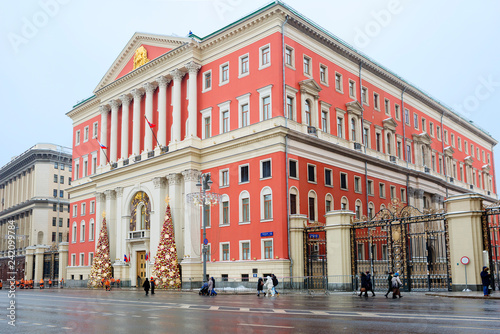 Staande foto Aziatische Plekken Moscow, Russia, Christmas decoration city hall. The city hall is designed in red and white. The Central part of the building is allocated 8-column portico with pediment.
