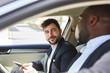 Zwei Business Männer zusammen im Auto