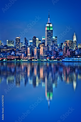Tuinposter New York City New York skyline with water reflections at night