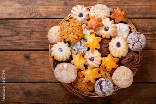 Photo sur Toile Biscuit plate of assorted cookies on wooden table