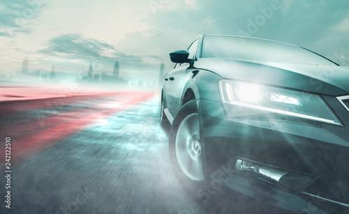 Fahrzeug auf nasser Straße bei schlechtem Wetter