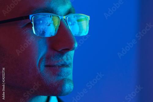 Fotografiet  The portrait of the happy businessman in glasses