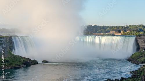 Photo sur Toile Bleu clair Célèbres chutes du Niagara, chute du fer à cheval, Niagara Falls, Ontario, Canada
