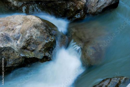 Fotomural creek flowing over the rocks