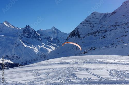 Parapente partant d'une piste de ski