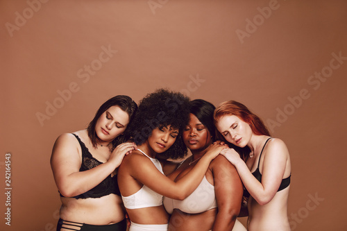 Foto  Multiracial group women in lingerie