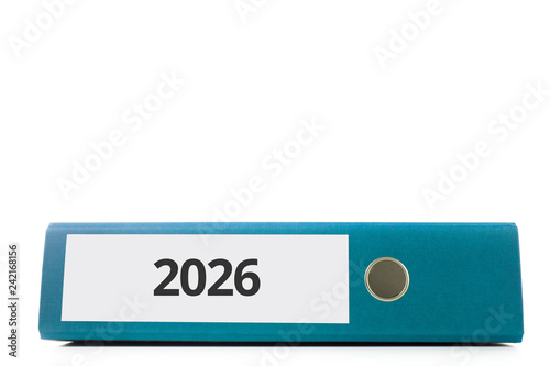 Fotografia  blauer liegender Aktenordner mit Beschriftung 2026 vor hellem Hintergrund