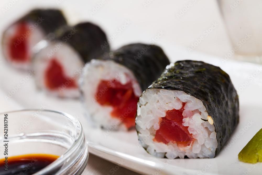 Fototapety, obrazy: Sushi maki with tuna