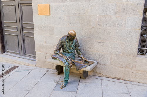 Deurstickers Historisch mon. Madrid, Spain. Sculpture of a man reading newspaper on the Plaza de la Paja
