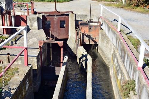 Foto op Plexiglas Kanaal Compuerta de riego, acequia