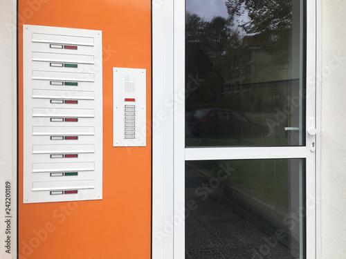 Fotografie, Obraz  Haustür mit Klingeln und Briefkästen