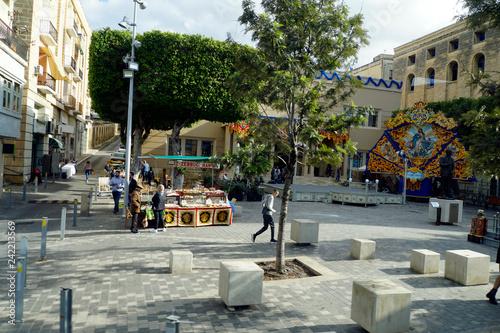 Fotografie, Obraz  Platz am Dom Mintoff Denkmal ist für Patronatsfest geschmückt