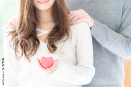 Photo  couple holding heart symbol