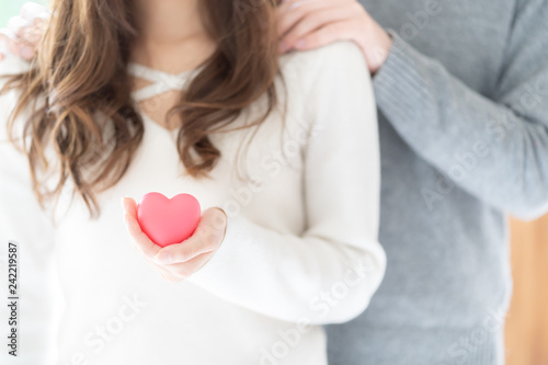 Платно couple holding heart symbol