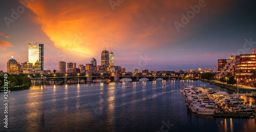 Fotomural Bridge in Boston city with night and sunrise morning sky