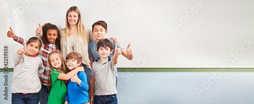 Fotografie, Obraz  Multikulturelle Kinder in Schulklasse einer Grundschule