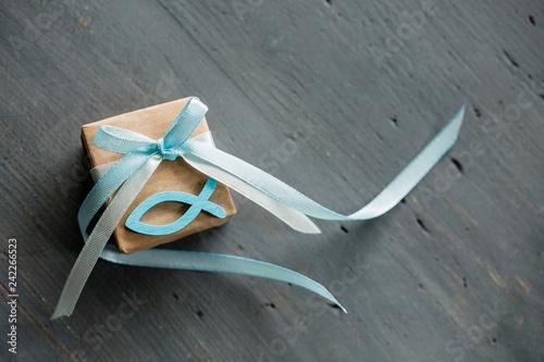 Foto Kleines Geschenk mit Fisch aus Holz in Hellblau zur Kommunion, Konfirmation, Tau