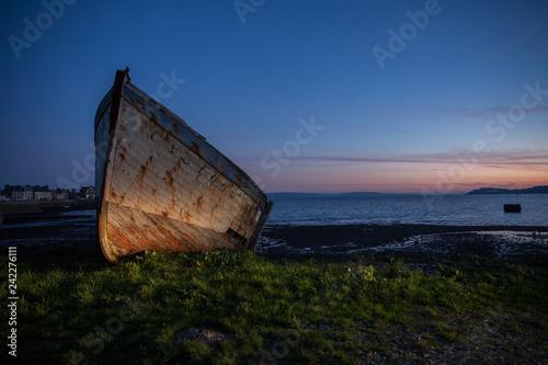 épave de vieux bateau abandonné, échoué au lever du jour Canvas Print