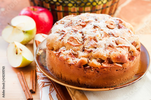 Plakat Domowej roboty jabłczany kulebiak z cynamonem na talerzu