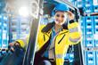 canvas print picture - Arbeiter Frau fährt einen Gabelstapler in Logistik Lagerhaus