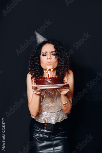 Photo  Portrait of a young beautiful brunette girl holding birthday cake with candles o