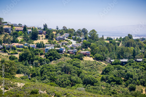Papiers peints Scandinavie Residential neighborhood on top of a hill near Pulgas Ridge OSP, Dumbarton bridge and the bay in the background, San Carlos, San Francisco bay area, California