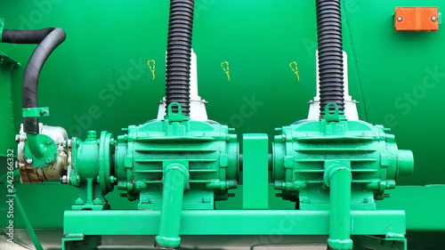 Valokuva  Изображение двигателя и насоса поливальной машины.