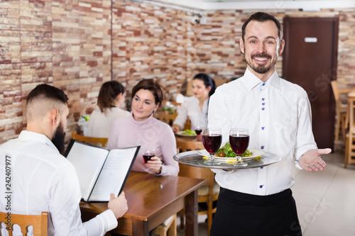 Fotografia, Obraz Waiter serving restaurant guests