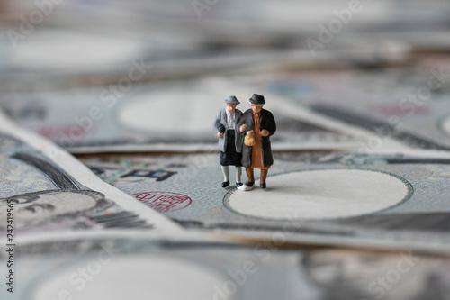 Photo お金と男女のミニチュア