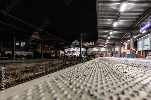 Photo Stands Train Station Leerer Bahnsteig bei Nacht