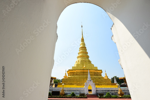 Foto  Landscape of golden pagoda in northern temple, Thailand
