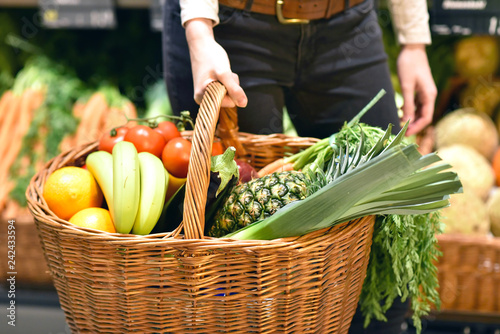 Photo  Shopping basket with fresh fruit and vegetables in the supermarket // Einkaufsko