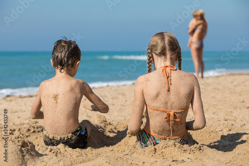 Spoed Foto op Canvas Wanddecoratie met eigen foto Happy children playing on the beach at the day time.