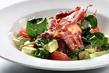 Sałatka z pieczonym bekonem. Apetyczna sałatka z zielona sałatą, awokado, pomidorem i chipsem smażonego bekonu.