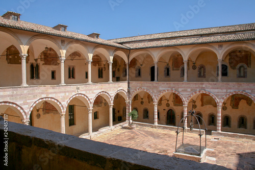 Inner courtyard of the Franciscan monastery in Assisi, Italy Fototapete