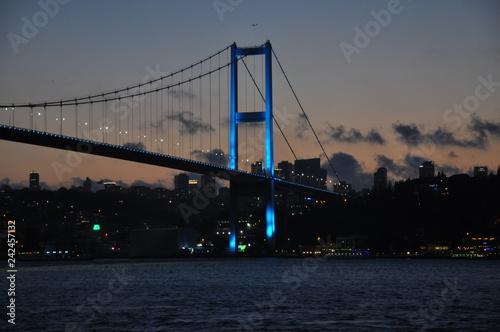 Carta da parati Bridge over Bosforo sea