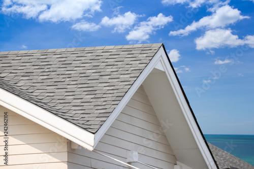 Stampa su Tela grey roof shingle with blue sky background