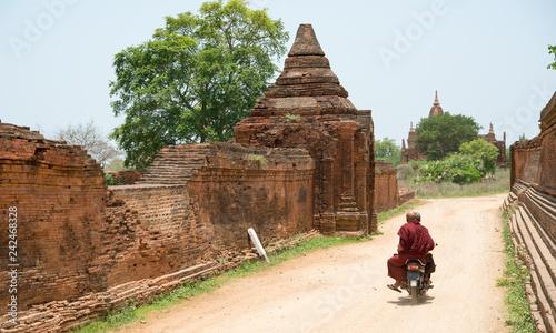 Buddhist monk riding motorcycle, Bagan, Myanmar バイクに乗って移動する僧侶(ミャンマー・バガン) фототапет