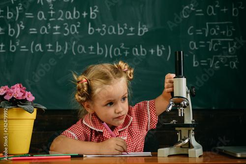 Fotografía  Little girl study in biology classroom at school
