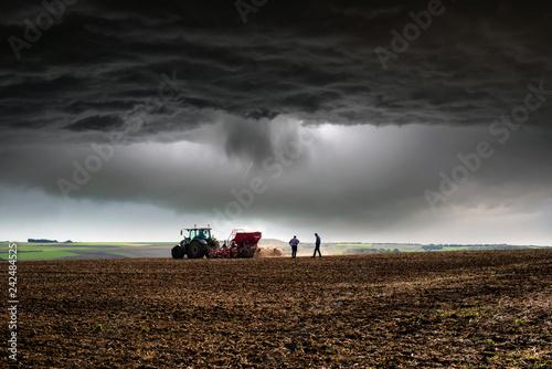 Photo sur Toile Marron chocolat finir le travail avant l'orage
