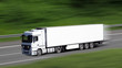 LKW fährt auf Autobahn - Mit dynamischen Bewegungsunschärfen