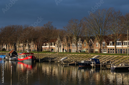 Deurstickers Poort Regenwolken über dem Jachthafen von Hoorn/NL