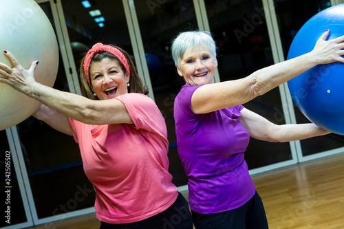 Photo  coppia donne in età matura che fanno esercizi con la palla in una sala di una pa