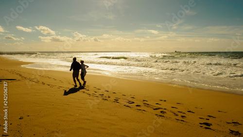 pareja corriendo por la playa Canvas Print