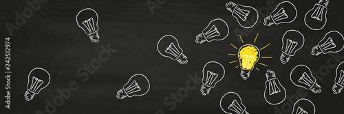 Glübirnen Kreide auf Tafel Idee und Innovation