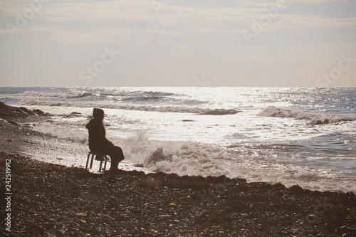 Fotografie, Obraz  девушка одна сидит на стуле в пустынном месте