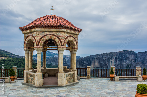 Foto  mountain gazebo medieval European stone building in ancient orthodox religion ya