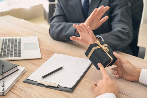 Fotografía Businessman refusing to take bribe in office